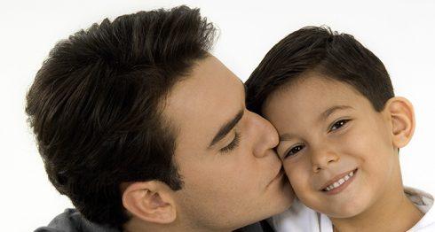 Besar y abrazar a los hijos durante su infancia es importante.