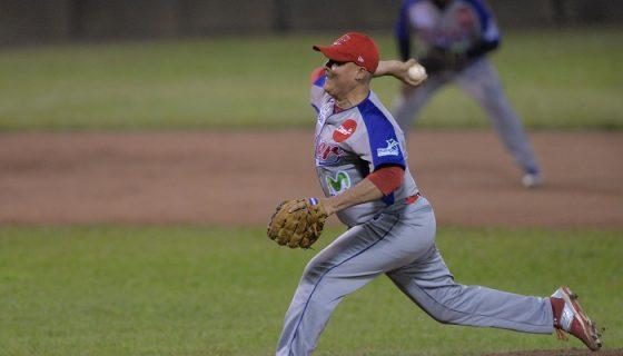 Juan Serrano lanzó cinco entradas de solo dos hits frente a la peligrosa artillería de los Dantos y ganó para el Bóer anoche. LA PRENSA/JADER FLORES