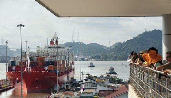Vista del Canal Interoceánico desde el Centro de Visitantes de Miraflores, Panamá.