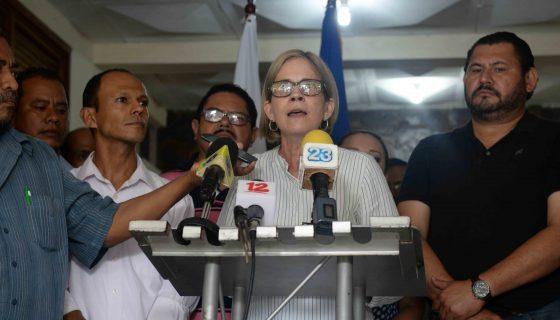 La presidenta de Ciudadanos por la Libertad, Kitty Monterrey, junto a otros miembros de esta organización, anunció que el CSE los está obligando a hacer otra convención nacional. FOTO LA PRENSA/Lissa Villagra
