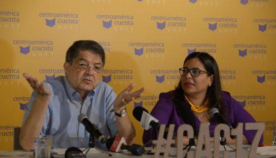 El escritor Sergio Ramírez Mercado y Claudia Neira, organizadores del evento Centroamérica Cuenta, que se realizará en centros culturales de Managua del 22 al 26 de mayo. LAPRENSA/URIEL MOLINA