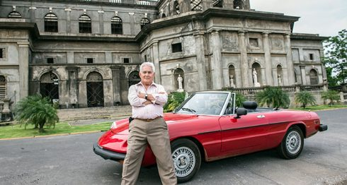 El comandante Edén Pastora junto a su Alfa Romeo de 1962. LA PRENSA / Óscar Navarrete.