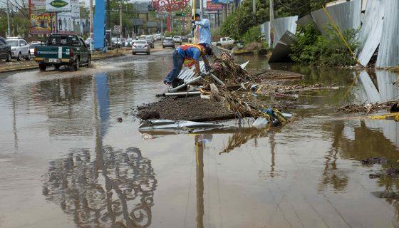 El aguacero del pasado 4 de mayo causó estragos en la capital. Una de las zonas afectadas es donde se construye el nuevo Estadio Nacional de Beisbol. LA PRENSA / EFE