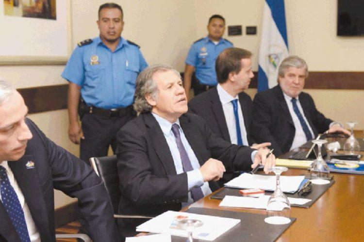 Luis Almagro, secretario general de la Organización de Estados Americanos (OEA), durante su visita antes de las votaciones nacionales del año pasado.