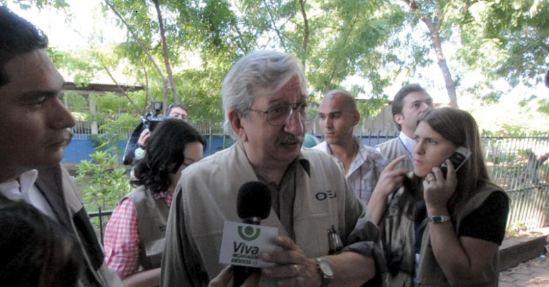 Dante Caputo, jefe de la Misión de Observación Electoral de la OEA, visita los Centros de Votación el día de las elecciones nacionales de 2011. El informe con recomendaciones del organismo luego fue desestimado por el Consejo Supremo Electoral, controlado por Ortega. LAPRENSA/ ARCHIVO