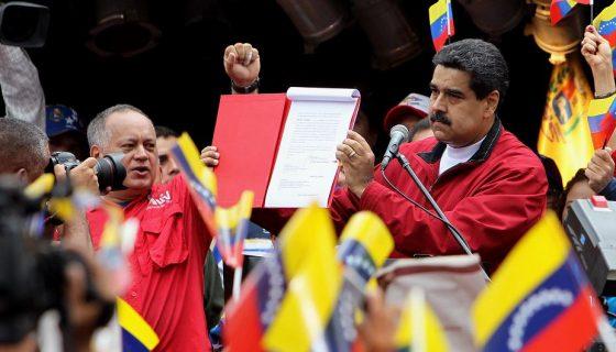 """El presidente Nicolás Maduro activó este martes su proyecto de una Asamblea Constituyente """"popular"""" en Venezuela. LA PRENSA/EFE"""