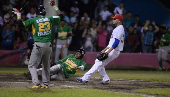 Debrie Benneth anotó la única carrera del partido, con la que ganó la Costa Caribe. LA PRENSA/CARLOS VALLE
