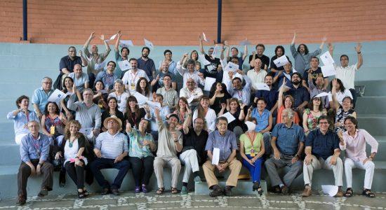 Con hojas sueltas al viento como símbolo de la literatura en libertad, escritores de 19 países posan en la foto oficial del V Encuentro de Narradores Centroamérica Cuenta. LAPRENSA/FOTO/CORTESÍA DANIEL MORDZINSKI