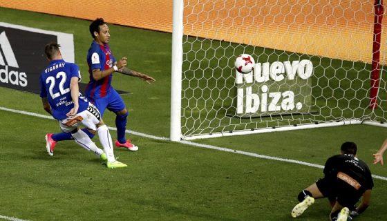 Neymar anotó un gol y asistió otro, en el triunfo del Barcelona sobre el Alavés en la final de la Copa del Rey. LA PRENSA/EFE/JuanJo Martin