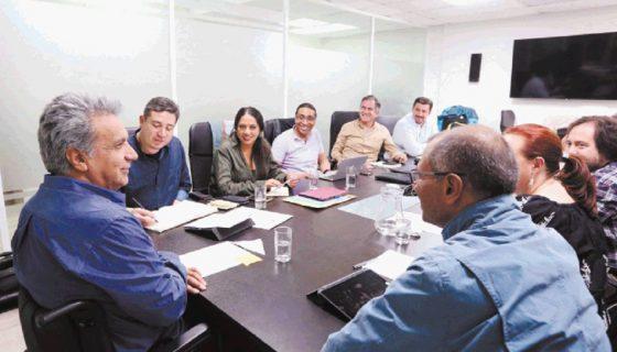 Eduardo Mangas, de azul a la izquierda del presidente Lenín Moreno, durante una reunión de trabajo con el gabinete de Gobierno de Ecuador. EFE