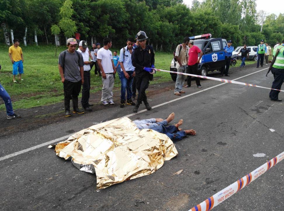 Colisión de camiones deja dos muertos en carretera