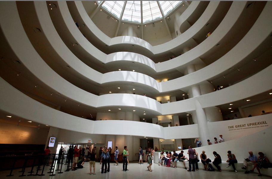 Interior del museo de Solomon R. Guggenheim en Nueva York. Este fue diseñado por el arquitecto Frank Lloyd Wright y construido entre 1956 y 1959. LAPRENSA/AP