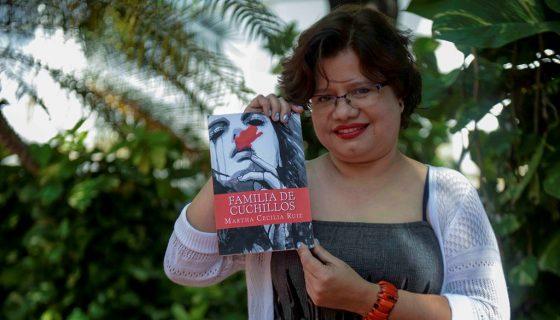 En su libro Familia de cuchillos, Martha Cecilia Ruiz presenta cuentos con humor negro y finales inesperados. LAPRENSA/CARLOS VALLE