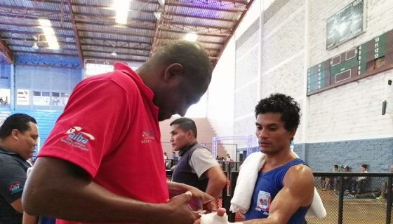 El entrenador cubano Pedro Nieves ajusta el vendaje a Nelson Díaz, representante en la división de los 60 kilogramos. LA PRENSA/ BAYRON SAAVEDRA