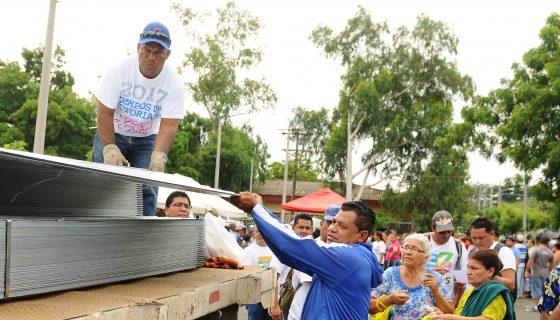 Habitantes del Distrito 5 reciben diez láminas de zinc y una libra de clavos con el plan techo, de el gobierno,en el Conchita Palacios . Y que ahora cuesta mil córdobas para ser beneficiados . Wilmer Lopez/ LA PRENSA.