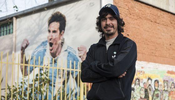 Diego Vallejos, amigo de infancia de Lionel Messi posa a las afueras del colegio General Las Heras, donde estudió junto al astro argentino. LA PRENSA/AFP/MARCELO MANERA