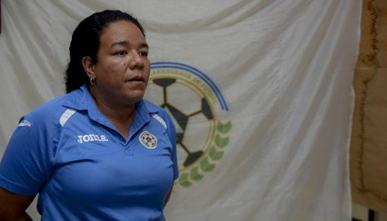 Elna Dixon, técnica de la Selección Nicaragüense de Futbol Femenino Sub-20, se concentra en su primer duelo de la eliminatoria centroamericana. LA PRENSA/CARLOS VALLE
