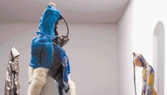 Vista de la obra 'Bliss (Reality Check) (2017) de la artista estadounidense Donna Huanca durante la feria internacional Art Basel, en Basilea (Suiza). LAPRENSA/EFE