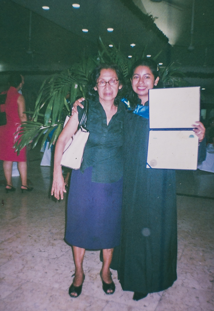 Gilma junto a su mamá Martha Díaz el día de su graduación. LAPRENSA/ REPRODUCCIÓN