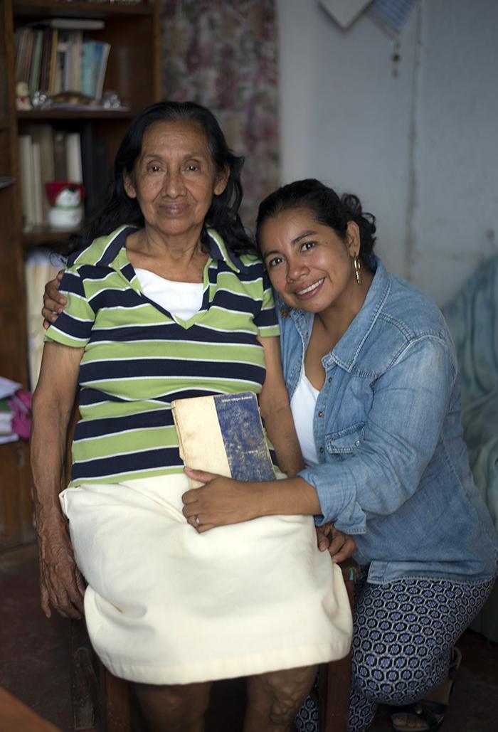 Cuando ella comenzó a estudiar Derecho, su mamá le regaló el libro que tienen en las manos. LAPRENSA/ÓSCAR NAVARRTE