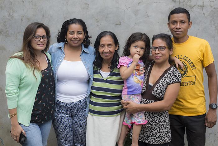 Gilma Valerio junto a su mamá Martha Díaz, su hermana Maritza Valerio y su hija, su hermano Wilfredo Díaz y una amiga cercana a la familia. LAPRENSA/ ÓSCAR NAVARRETE.