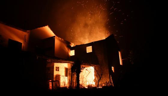 Una de las casas alcanzadas por el fuego en el incendio ocurrido en el centro de Portugal. LA PRENSA / EFE/EPA/PAULO CUNHA