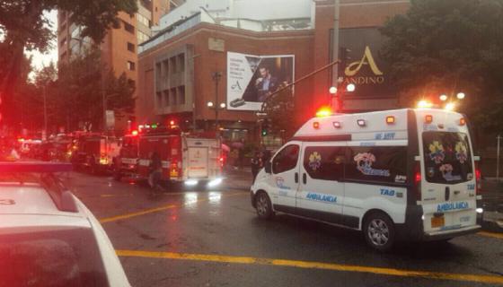 Vehículos de emergencias fuera del centro comercial donde ocurrió el atentado en Bogotá, Colombia. LA PRENSA / Enrique Peñalosa. EFE/