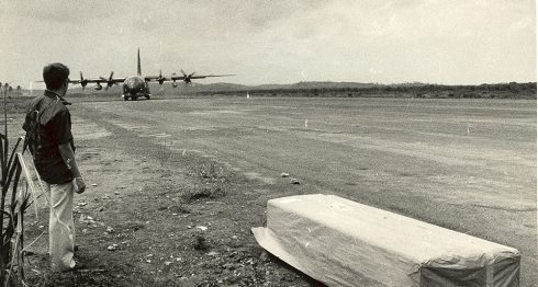 El féretro de Bill Stewart en el aeropuerto de Montelimar, esperando ser llevado a Panamá en un avión de la Fuerza Aérea de Estados Unidos. LA PRENSA / CORTESÍA / TUPA CARBALLO