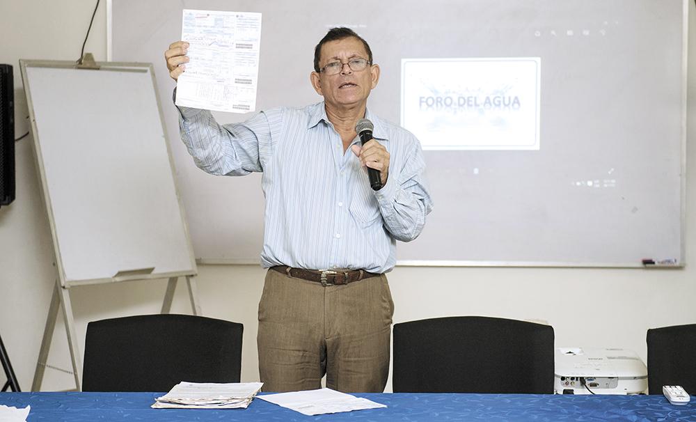 José Arístides, usuario afectado por cobros de Enacal, durante la exposición de su caso . LA PRENSA/JADER FLORES