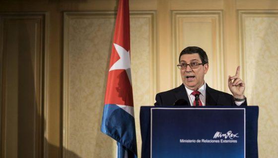 """Cuba protestó por el """"descaro"""" del presidente de EE.UU, Donald Trump, al rodearse de """"terroristas"""" el viernes en Miami para anunciar el endurecimiento de la política de su país hacia Cuba, en un """"grotesco espectáculo salido de la Guerra Fría"""". LA PRENSA/EFE"""