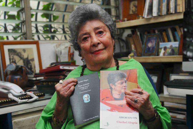 La escritora Claribel Alegría presenta las dos ediciones de su nuevo libro Amor sin fin. La primera de Visor, de España, y la reciente de Anamá Ediciones.LA PRENSA/WILMER LÓPEZ
