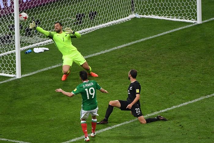 Oribe Peralta marcó el gol que definió el partido a favor de México sobre Nueva Zelanda. LA PRENSA/AFP/Patrik STOLLARZ