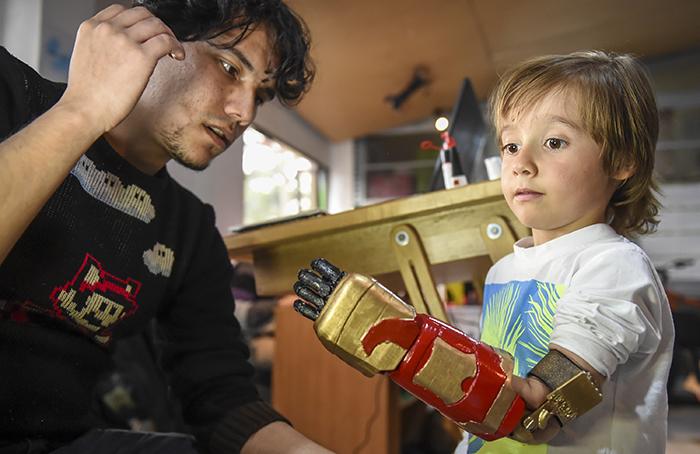 Gracias a prótesis de manos en impresión 3D, niños se sienten superhéroes en Colombia
