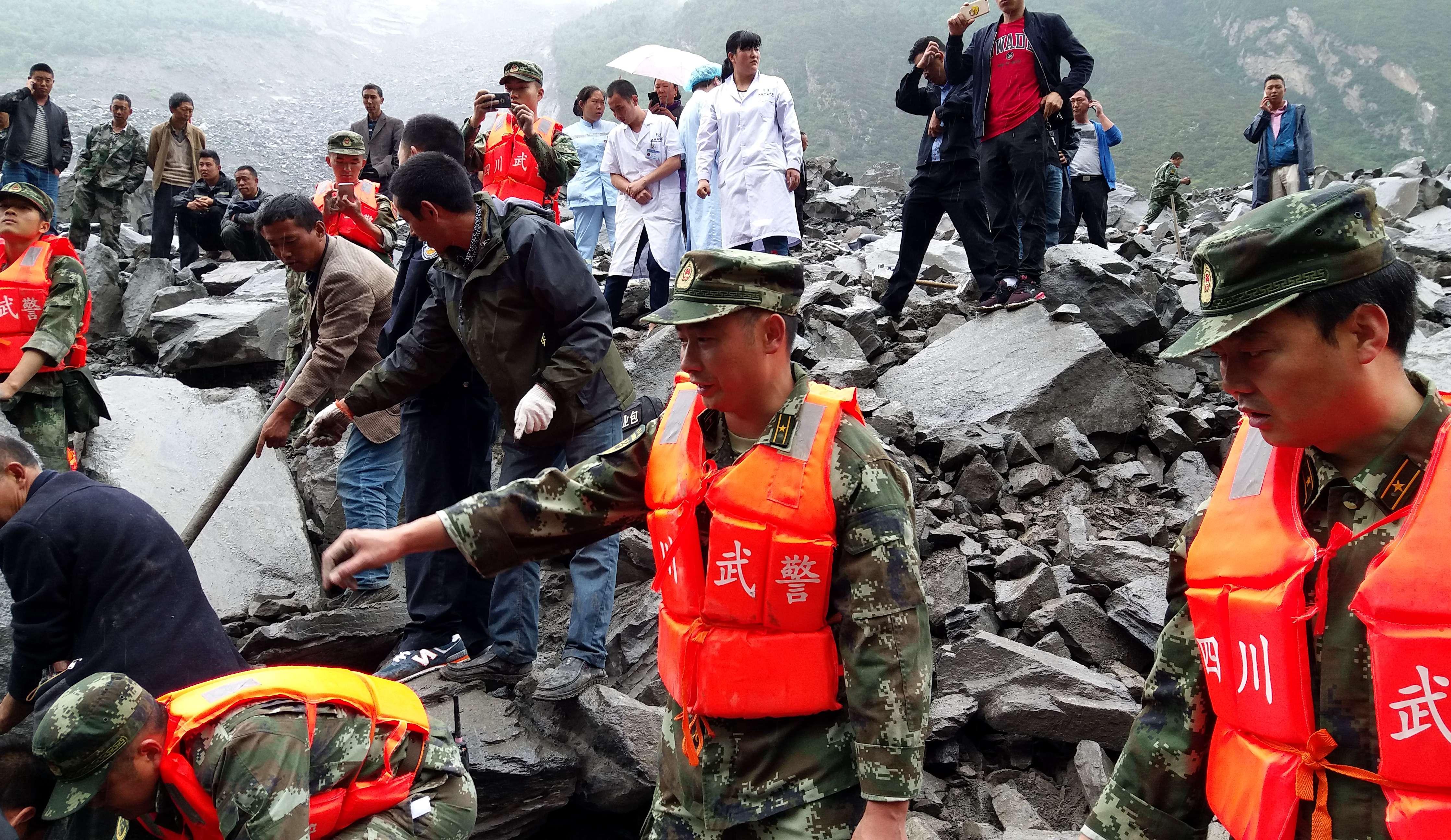 Unas 120 personas permanecen soterradas tras un deslave de piedras en China