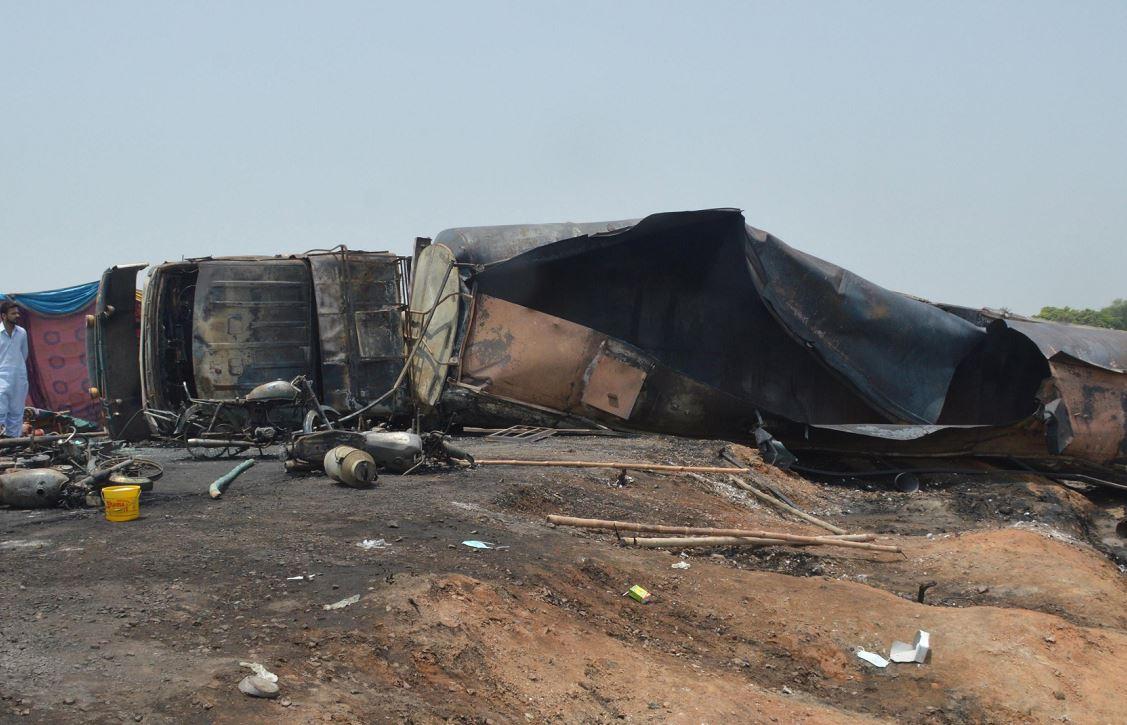 Camión cisterna se vuelca, explota y deja al menos 130 muertos en Pakistán