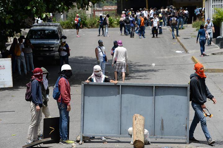 Opositores trancan calles en Venezuela en protesta contra el presidente Nicolás Maduro