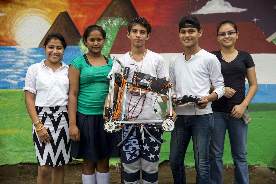 Adolescentes de Nicaragua trabajan en robot para un concurso mundial
