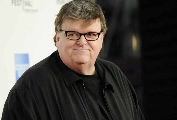 Michael Moore apoya al teatro que escenificó el asesinato de Trump