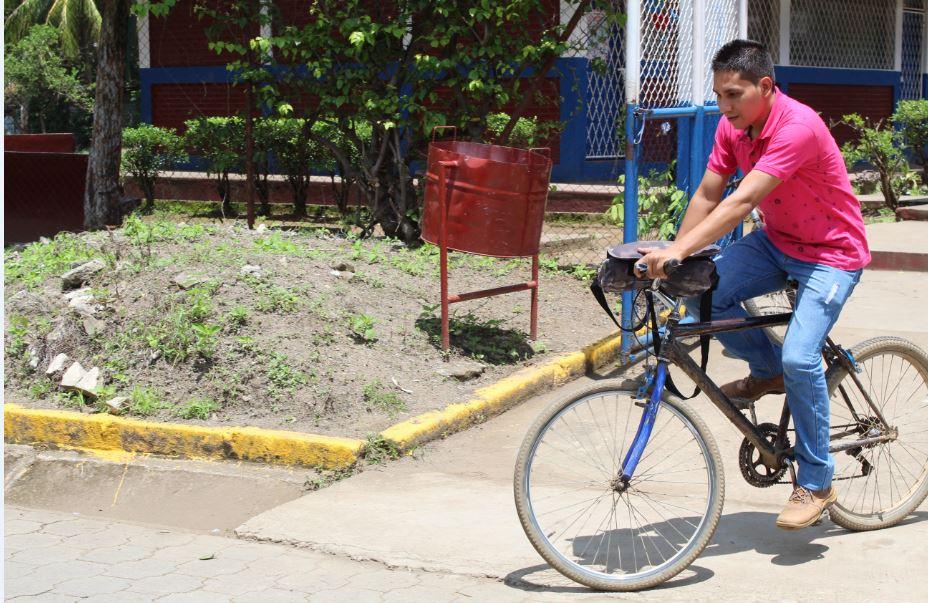 Joven maestro pedalea siete kilómetros para llegar a impartir clases en escuela de Potosí, Rivas