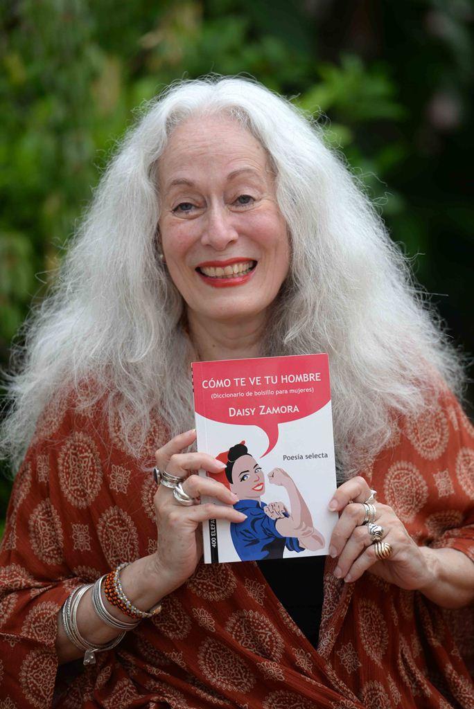 """""""Veo mi escritura en permanente transformación. Si no fuera así, no tendría sentido seguir escribiendo"""", dice Daisy Zamora autora del libro Cómo te ve tu hombre (Diccionario de bolsillo para mujeres). LAPRENSA/ROBERTO FONSECA"""