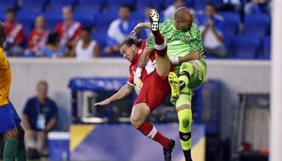 Samuel Piette (i) de Canadá choca con su arquero Milán Borjan (d), en el partido ante Guayana Francesa en la Copa de Oro. LA PRENSA/EFE/Adam Hunger