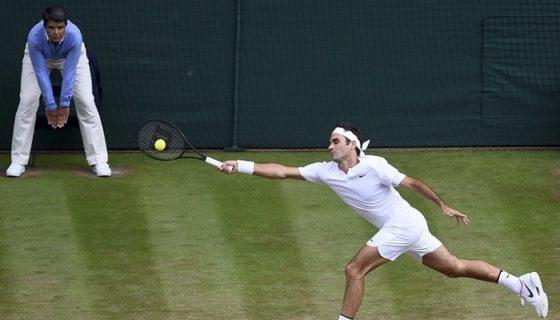 Roger Federer superó al canadiense Milos Raonic, para avanzar a semifinales de Wimbledon. LA PRENSA/EFE/Gerry Penny
