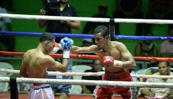 Alexander Espinoza y Aarón Juárez dieron una gran batalla. LA PRENSA/CARLOS VALLE