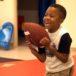 Ya escribe, come y se viste: La historia del primer trasplante de manos en un niño