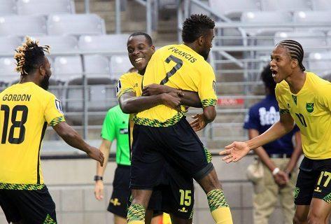 El jugador Kevon Lambert (atrás) abraza a su compañero Shaun Francis (2d) luego de que anotara un gol hoy, jueves 20 de julio de 2017, durante un partido entre Canadá y Jamaica de la Copa de Oro de la Concacaf, que se disputa en el Estadio de la Universidad de Phoenix, en Glendale, Arizona (Estados Unidos). EFE/ROY DABNER
