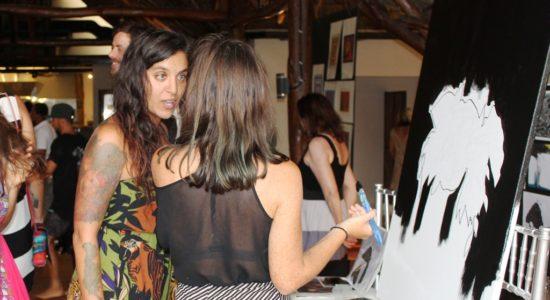 Las artistas María Delgado y Valerie Rose, dibujan en vivo una boca de donde brotan plantas en presencia de un público en su mayoría extranjeros, invitados al evento por TreeCasa Resort en San Juan del Sur. LA PRENSA / RAMÓN VILLARREAL