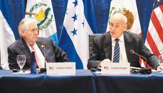 El secretario de Seguridad Nacional, John Kelly (d), y el secretario de Estado, Rex Tillerson (i) en una cumbre sobre Centroamérica en junio pasado. LA PRENSA/EFE