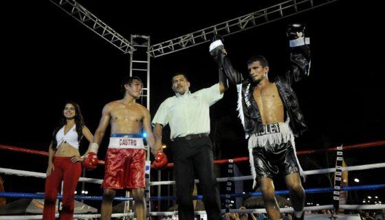 Oliver Flores (derecha) intenta volver a la acción en el pugilismo rentado. LA PRENSA/ARCHIVO