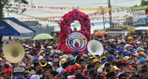 Santo Domingo salió de la iglesia de Las Sierritas e inicia su peregrinaje a las 6:30 am. LA PRENSA / Jader Flores.