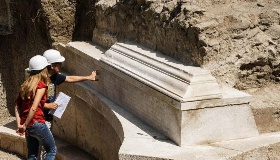 Arqueólogos señalan el lugar donde encontraron una tumba de mármol monumental con el epitafio más largo encontrado hasta ahora, en San Paolino, cerca de Pompeya, en Italia. LAPRENSA/EFE